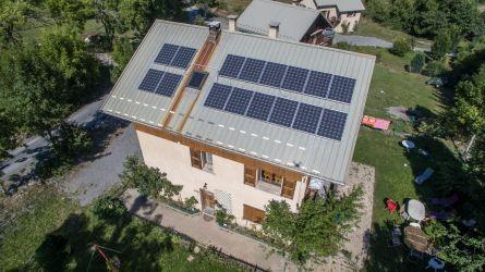 Observation de l'état des panneaux photovoltaïques sur le toit d'une maison d'un Particulier