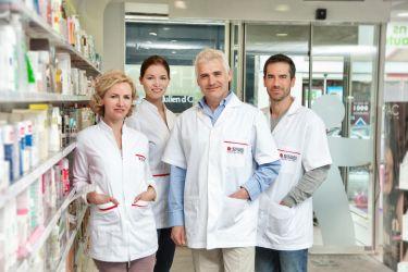 Portrait de groupe corporate de modèles jouant le rôle d'une équipe de pharmacien