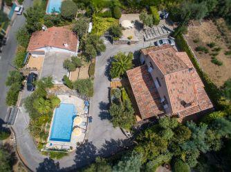 Photographie aérienne par drone à 90° d'une maison de particulier vue du ciel sur la côte d'azur