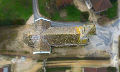 Photographie par aéronef télépiloté du toit d'une église pour inspection de l'état général