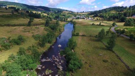 Rivière Le Bès sur le plateau de l'Aubrac - Vidéo par drone